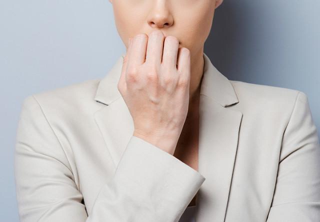mujer comiendo uñas