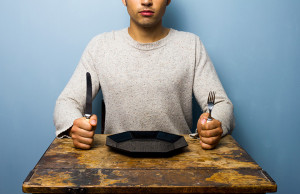 hombre en comedor