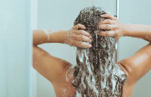 mujer bañandose