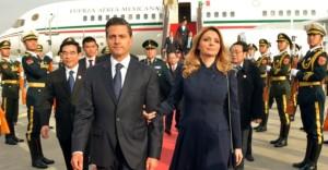 BEIJING, REPÚBLICA POPULAR CHINA, 10NOVIEMBRE2014.- Acompañado por su esposa, Angélica Rivera de Peña, el Presidente de México, Enrique Peña Nieto, arribó hoy a esta nación donde participará en la Cumbre de Líderes de APEC y llevará a cabo una Visita de Estado. El primer mandatario fue recibido por el alcalde de Beijing, Wang Anshun. FOTO: PRESIDENCIA /CUARTOSCURO.COM