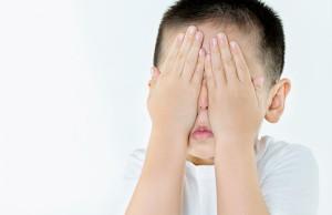niño con ojos tapados