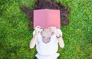 mujer leyendo en el jardin