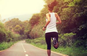 mujer corriendo en carretera