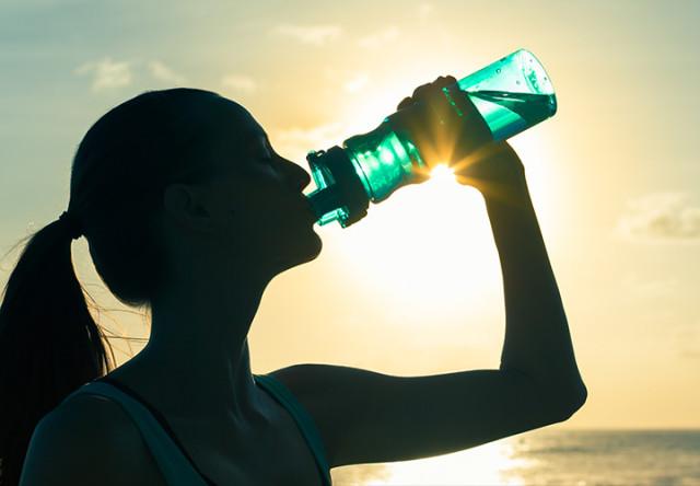 tomar agua en entrenamiento