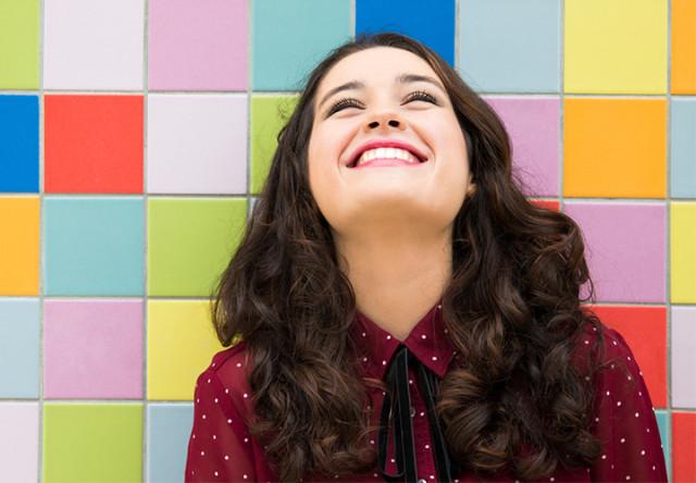 mujer joven risa