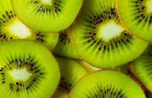 como pelar kiwi